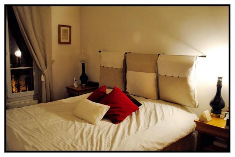 Tête de lit avec ses rideaux et ses coussins