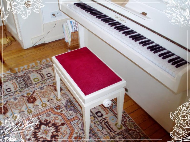 Banc de piano en velours rouge
