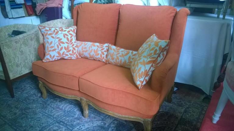 Canapé orange avec ses coussins décoratifs